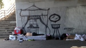 tag-graffiti-salon-lit-baldaquin-sans-abri-sdf-rue